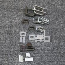 Spony na vázací pásky